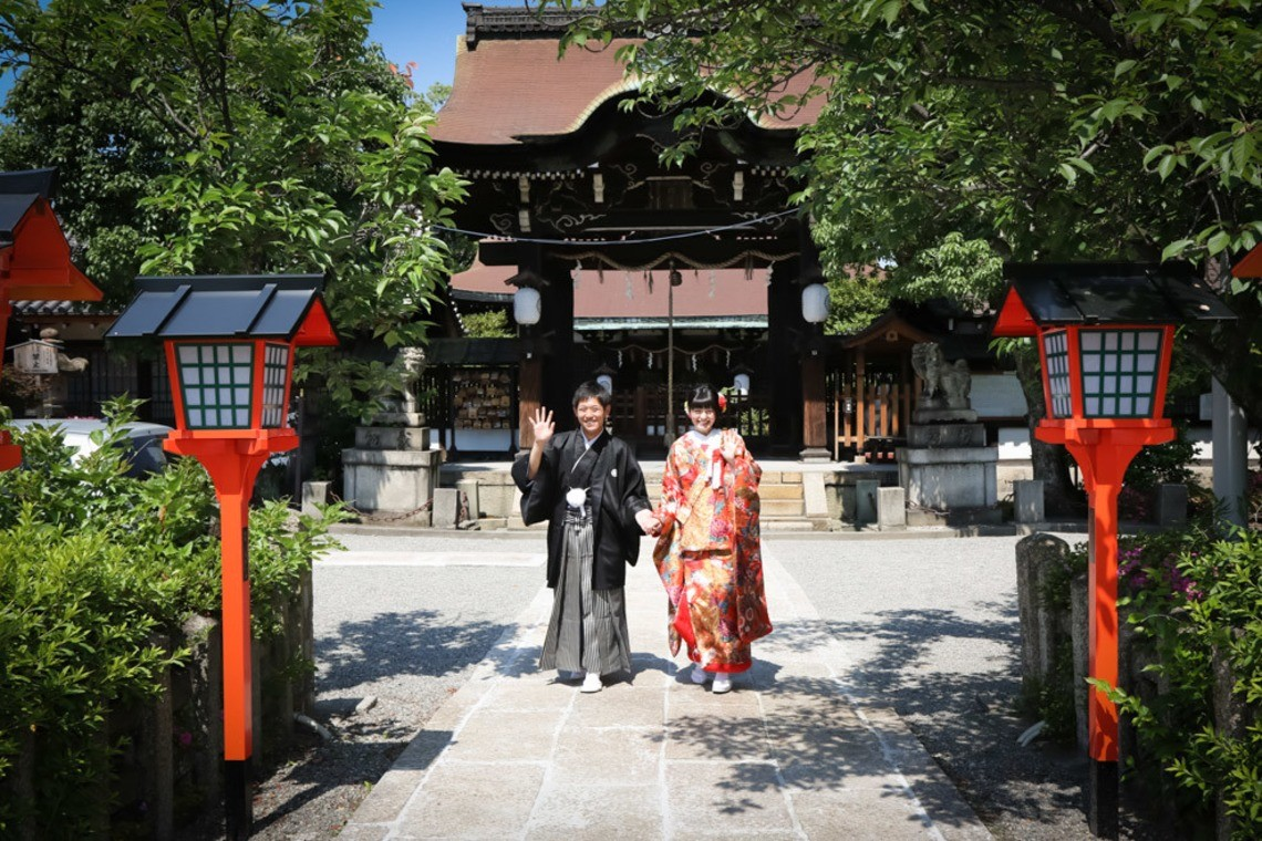 Couple posing in front of a temple