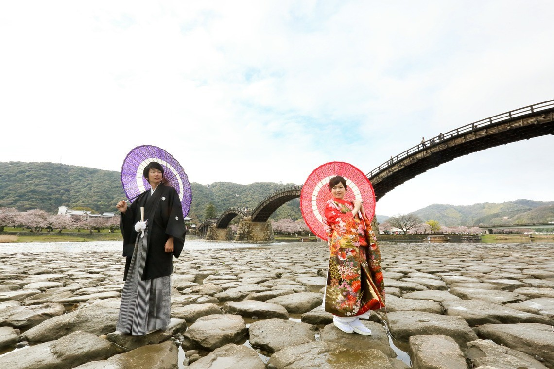A couple at the Kintai bridge