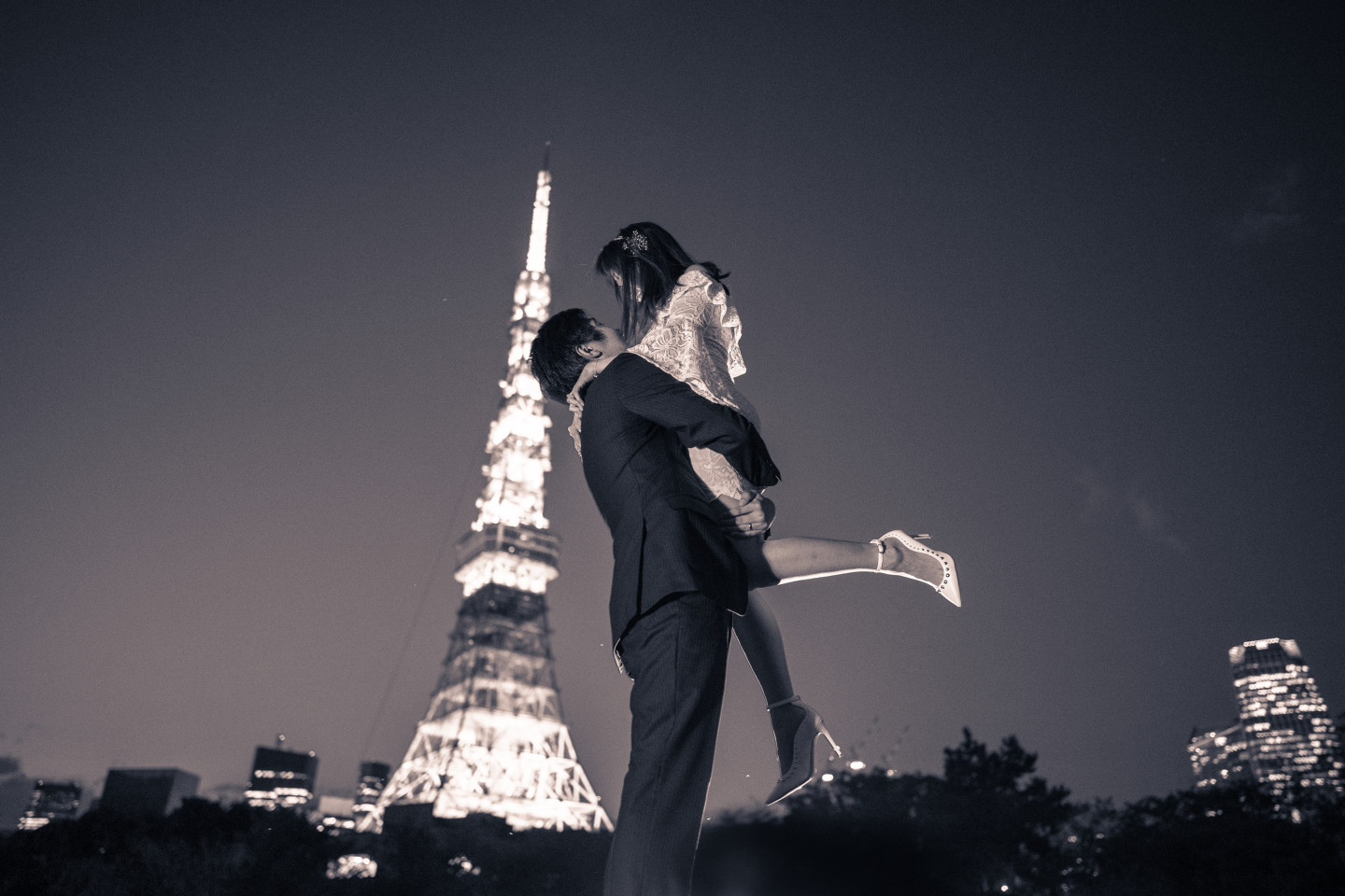 A Black and White Couple Photo in front of Tokyo Tower (Famarry)