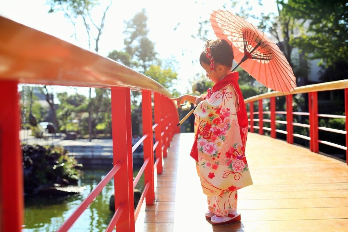 和傘を使ったおしゃれな七五三写真(エミリィの出張撮影)
