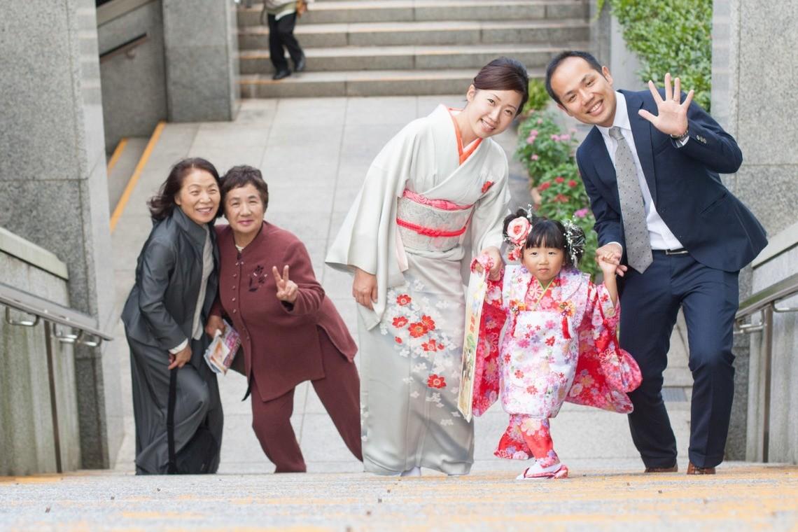 おじいちゃんやおばあちゃんのいる七五三家族写真のアイデア(エミリィの出張撮影)