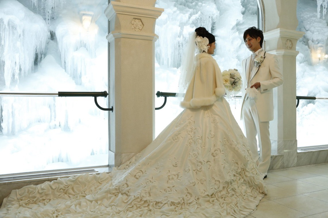 A wintery wedding photo shoot in chapel in Hokkaido.