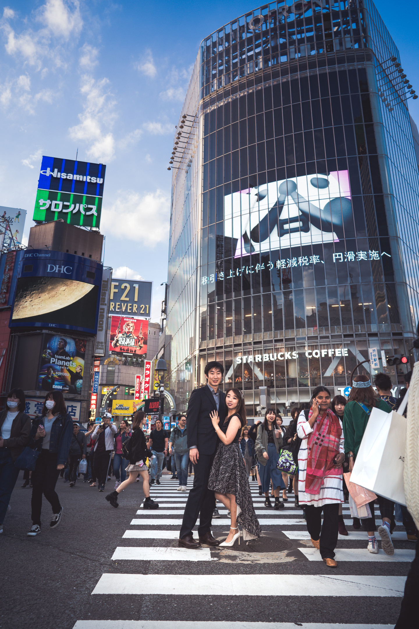 Couple Photo at Shibuya Crossing by Natsumetic Photography (Famarry)