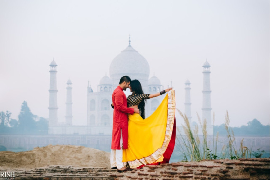 Couple in front of Taj Mahal— Photo by Magica