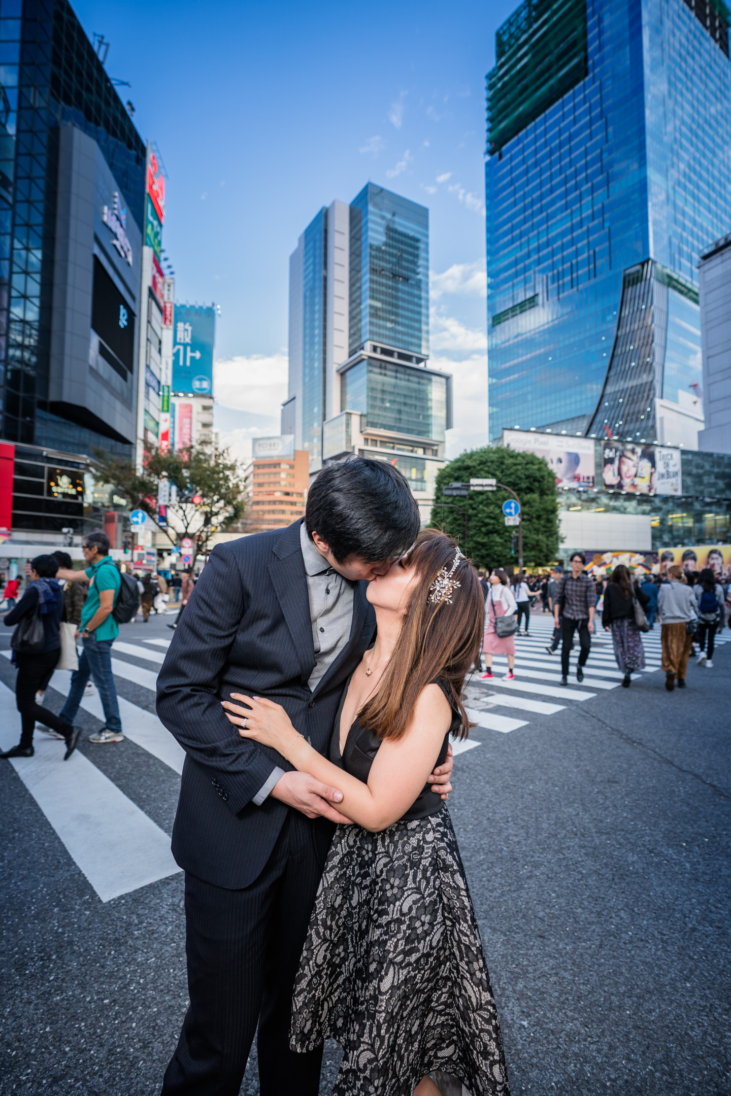 Natsumetic Photography-- Couple sharing a moment in Shibuya Crossing (Famarry)