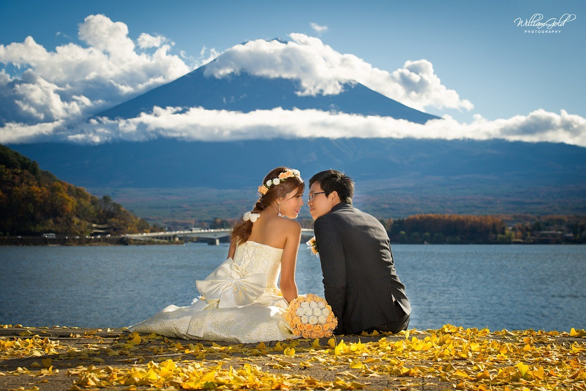A beautiful pre-wedding photo in front of Mt. Fuji