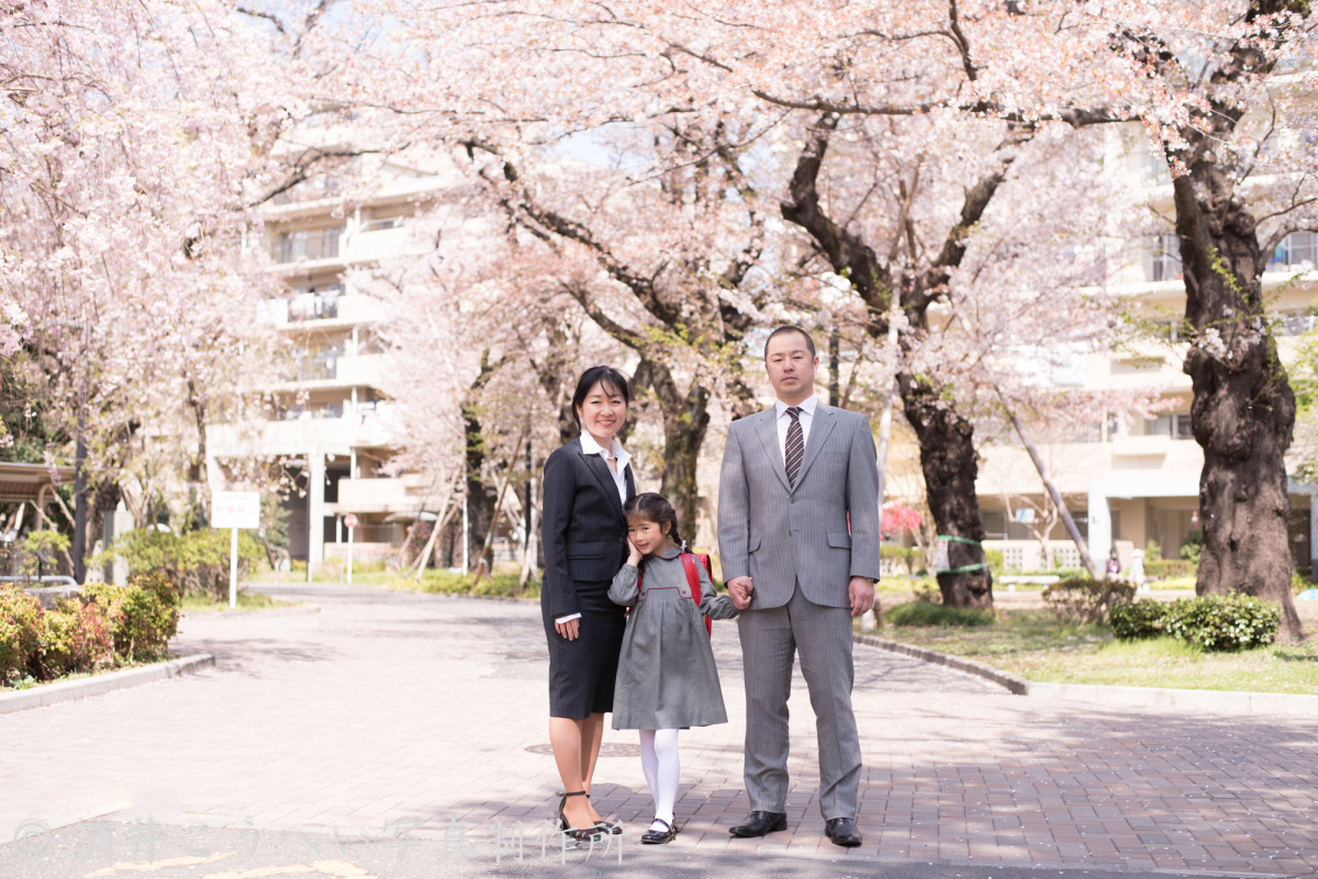 酒井こうへい写真製作所が出張撮影した小学校入学式の家族写真
